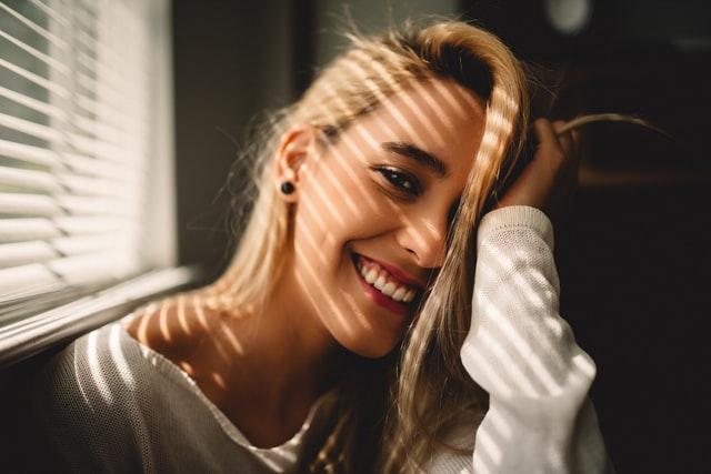 ضحكة فتاة مع سقوط الاسنان