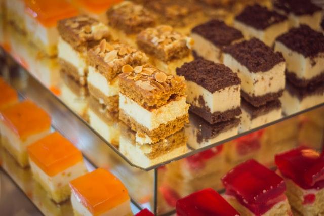 تفسير حلم أكل الحلويات للعزباء