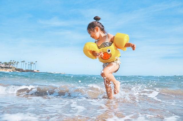 تفسير حلم السباحة في البحر لفتاة صغيرة