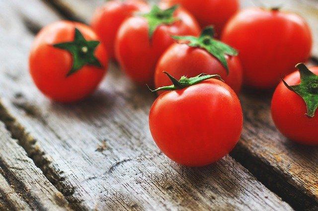 تفسير حلم الطماطم في المنام للعزباء والمتزوجه لابن سيرين