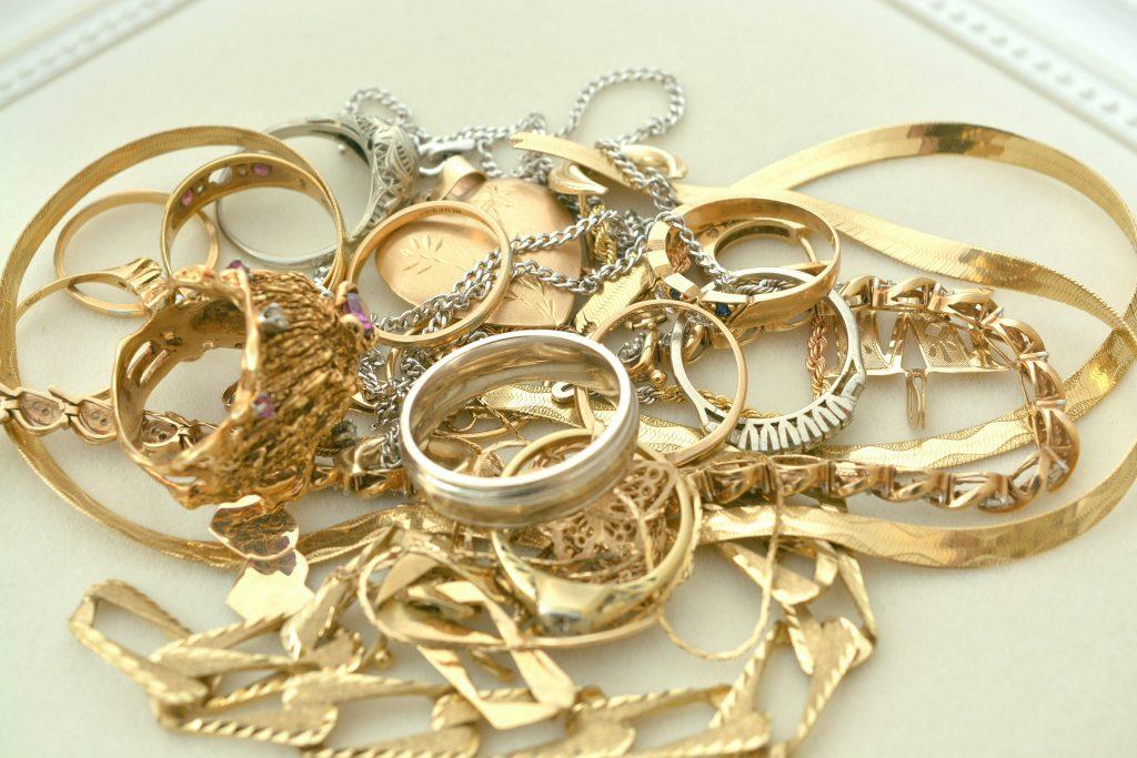 تفسير حلم العزباء للذهب